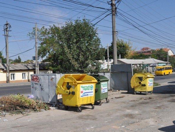 В Симферополе устанавливают «веселенькие» мусорные баки (фото), фото-1