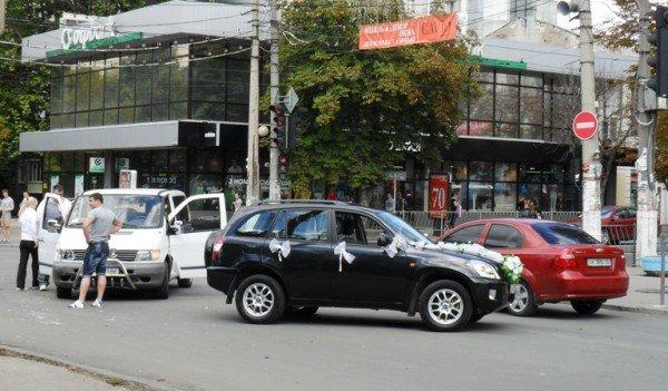 ДТП в центре Симферополя: «Мерседес» едва не разбил влюбленных (фото), фото-1