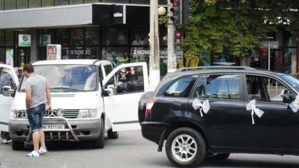ДТП в центре Симферополя: «Мерседес» едва не разбил влюбленных (фото), фото-2