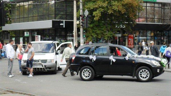 ДТП в центре Симферополя: «Мерседес» едва не разбил влюбленных (фото), фото-3