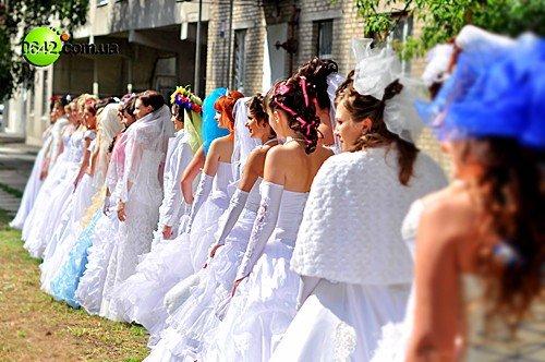 В День города состоялся первый в Луганске «Парад невест» (фото), фото-2