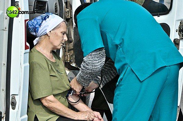 В Луганске ослабевших верующих отпаивали чаем с сахаром (ФОТО), фото-1