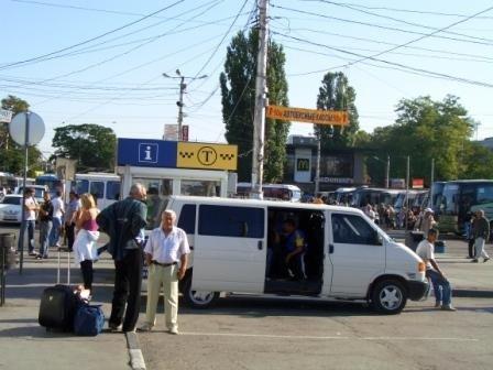 Нелегальные перевозчики по-прежнему охотятся на туристов в Симферополе (фото), фото-1