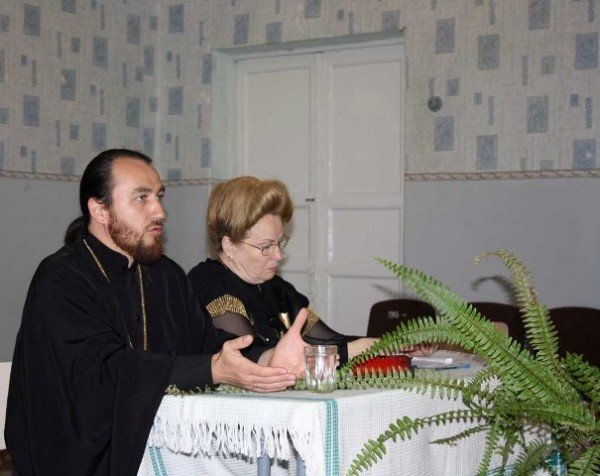 На общешкольное родительское собрание в  горловскую ОШ №13 был приглашен священник, фото-1