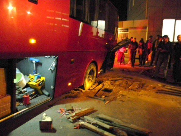 Ух  і важка це робота з ями тягнути автобус. Фото, фото-1