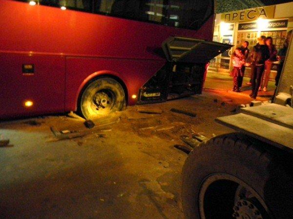 Ух  і важка це робота з ями тягнути автобус. Фото, фото-2