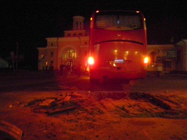Ух  і важка це робота з ями тягнути автобус. Фото, фото-3