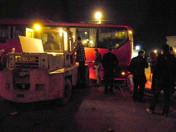 Ух  і важка це робота з ями тягнути автобус. Фото, фото-5