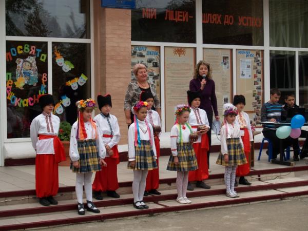 В Горловке первоклассники «Лидера» присягали в учении и высаживали клумбы цветов, фото-1