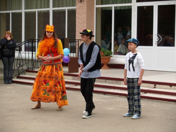 В Горловке первоклассники «Лидера» присягали в учении и высаживали клумбы цветов, фото-3