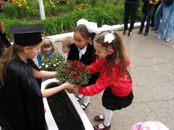 В Горловке первоклассники «Лидера» присягали в учении и высаживали клумбы цветов, фото-4