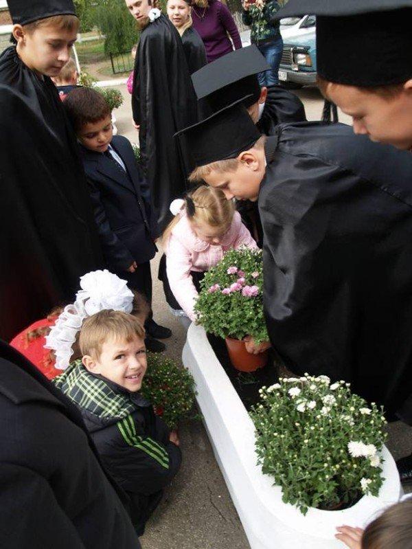 В Горловке первоклассники «Лидера» присягали в учении и высаживали клумбы цветов, фото-6