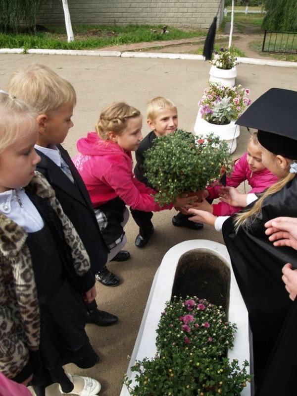 В Горловке первоклассники «Лидера» присягали в учении и высаживали клумбы цветов, фото-7