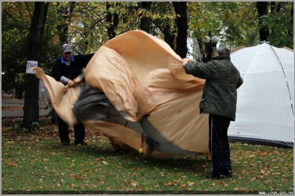 Губернатор Пристюк уговорил чернобыльцев свернуть палаточный городок (ФОТО), фото-1