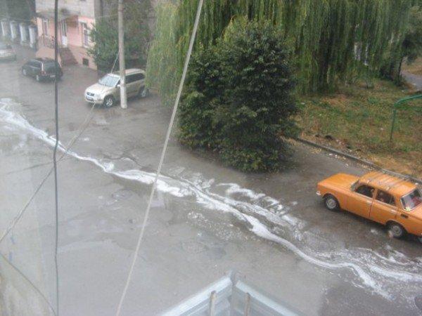 В Бердичеве прошел непонятный, «пенный» дождь (ФОТО), фото-1