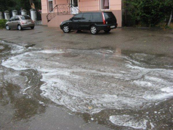 В Бердичеве прошел непонятный, «пенный» дождь (ФОТО), фото-8