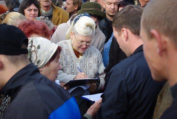 Около тысячи горловчан вышли на улицу, дабы спросить с мэра о выполнении его обещаний, фото-6