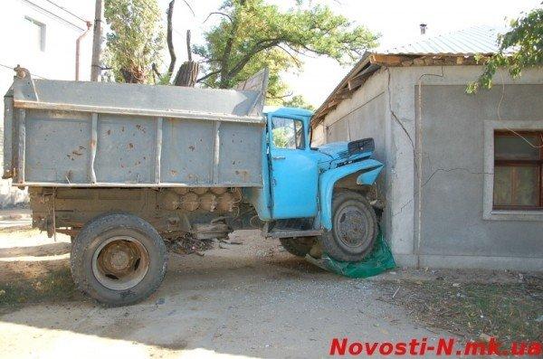 В Николаеве самосвал ЗИЛ въехал в жилой дом (ФОТО), фото-10