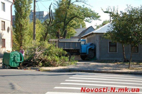 В Николаеве самосвал ЗИЛ въехал в жилой дом (ФОТО), фото-9