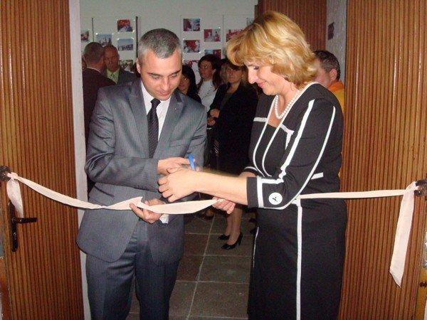 В Тернополі відкрили соціальну перукарню: заступник мера Л.Бицюра взявся за ножиці, фото-1
