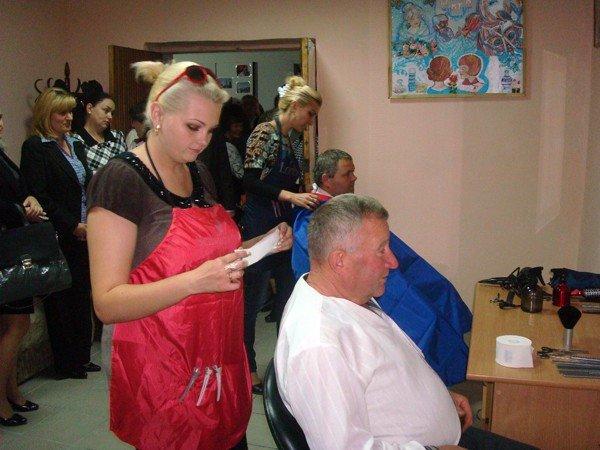 В Тернополі відкрили соціальну перукарню: заступник мера Л.Бицюра взявся за ножиці, фото-2