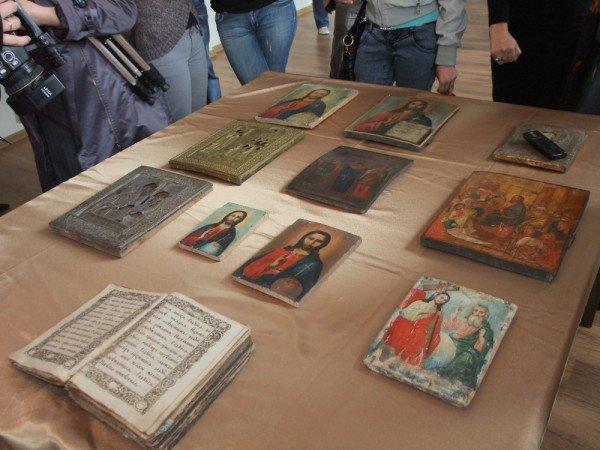 В Донецкий художественный музей сотрудники СБУ передали 10 конфискованных на таможне икон (фото), фото-1