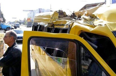 В Крыму автокран разорвал крышу маршрутки (фото), фото-1