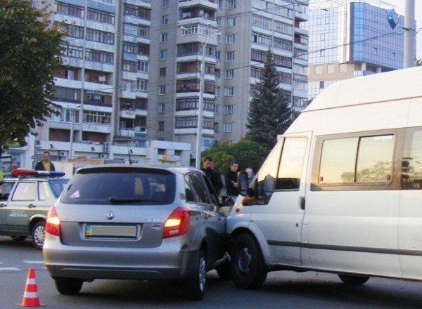 Микроавтобус протаранил «Шкоду» медпредставителя в Виннице (ФОТО), фото-1