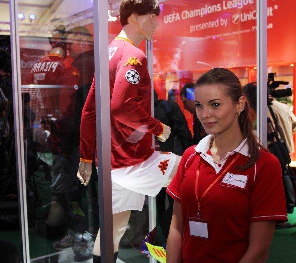 Луиш Фигу привез в Донецк кубок Лиги чемпионов (фото), фото-8