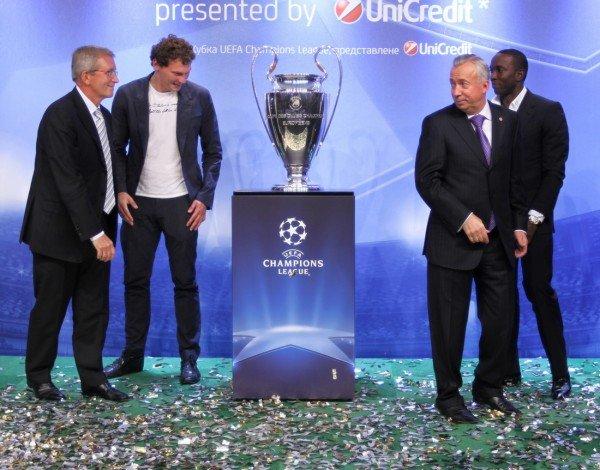 Луиш Фигу привез в Донецк кубок Лиги чемпионов (фото), фото-3