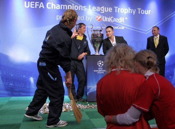 Луиш Фигу привез в Донецк кубок Лиги чемпионов (фото), фото-5
