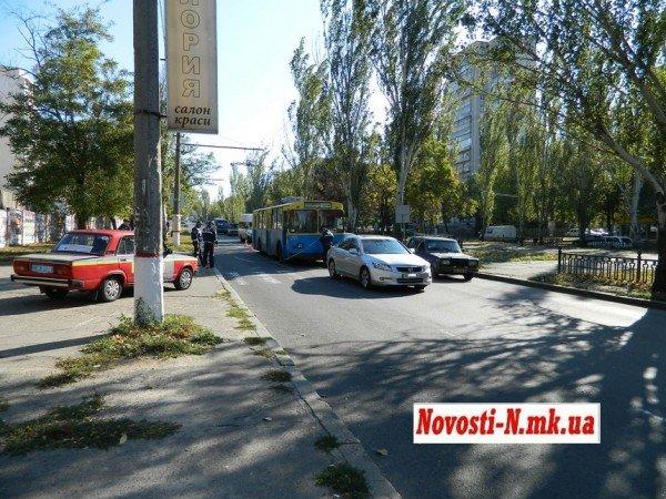 ДТП в центре Николаева. Троллейбус  врезался в автомобиль (ФОТО), фото-1