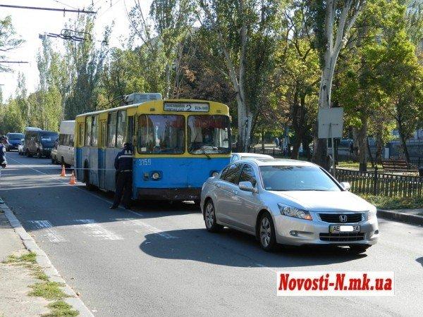 ДТП в центре Николаева. Троллейбус  врезался в автомобиль (ФОТО), фото-2