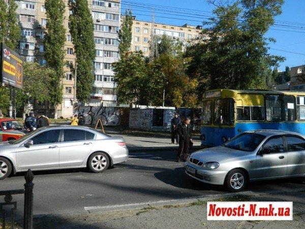 ДТП в центре Николаева. Троллейбус  врезался в автомобиль (ФОТО), фото-5