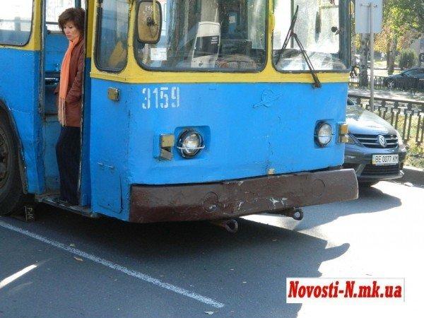 ДТП в центре Николаева. Троллейбус  врезался в автомобиль (ФОТО), фото-6