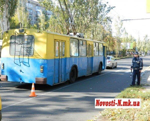 ДТП в центре Николаева. Троллейбус  врезался в автомобиль (ФОТО), фото-7