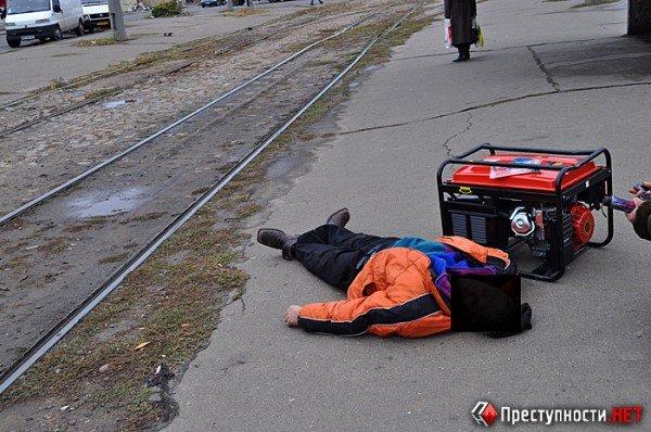 Шок! В Николаеве на остановке умер пенсионер – тело больше часа лежало на асфальте, а милиция так и не приехала (ФОТО), фото-1