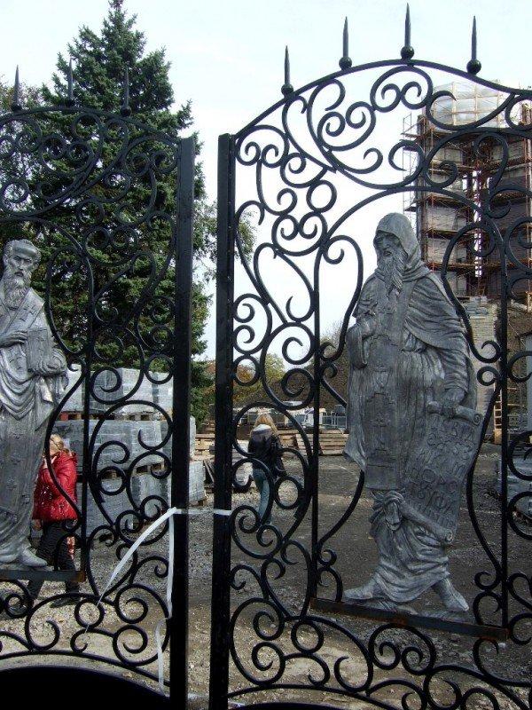 На воротах донецкого парка появились лики святых (фото), фото-1