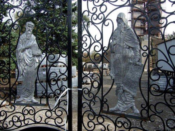 На воротах донецкого парка появились лики святых (фото), фото-2