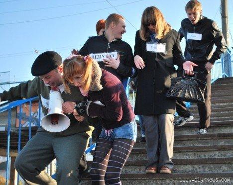 Молодь подякувала владі за міст з дірками (ФОТО), фото-7