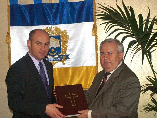Мер Тернополя отримав копію Бучацького Євангелія, фото-1