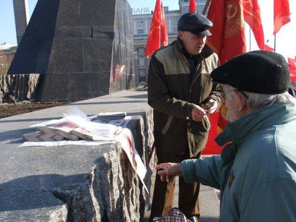 Коммунисты продавали в Донецке Сталина для «своих» за пять гривен, а для регионалов в два раза дороже (фото), фото-1