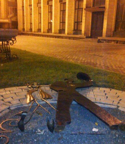 В центре Донецка вандалы устроили погром в Парке кованых фигур (фото), фото-1