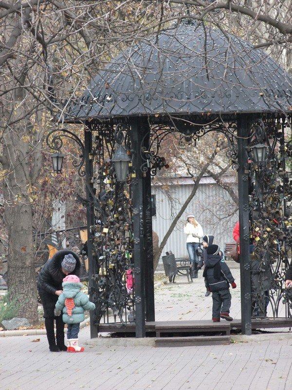 В центре Донецка вандалы устроили погром в Парке кованых фигур (фото), фото-3