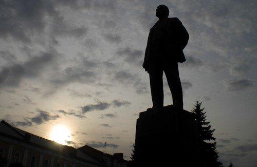 У пам'ятника Леніну в Полтаві потроху крадуть квіти (фотофакт), фото-1