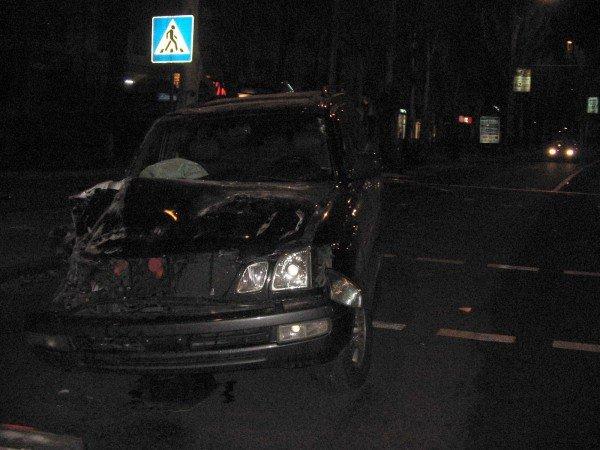 В центре Донецка водитель «Лексуса» протаранил рекламный щит и сбежал с места ДТП (фото), фото-1