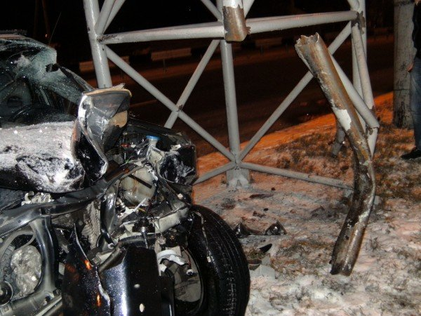 В центре Донецка водитель «Лексуса» протаранил рекламный щит и сбежал с места ДТП (фото), фото-6