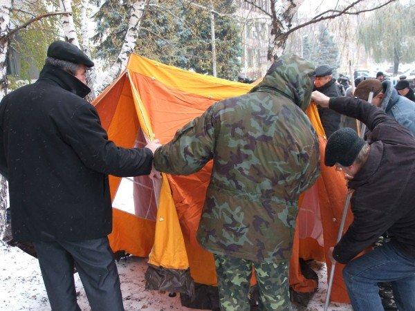 Чернобыльцы в Донецке продолжают голодовку и уже ставят палатки (фото), фото-2