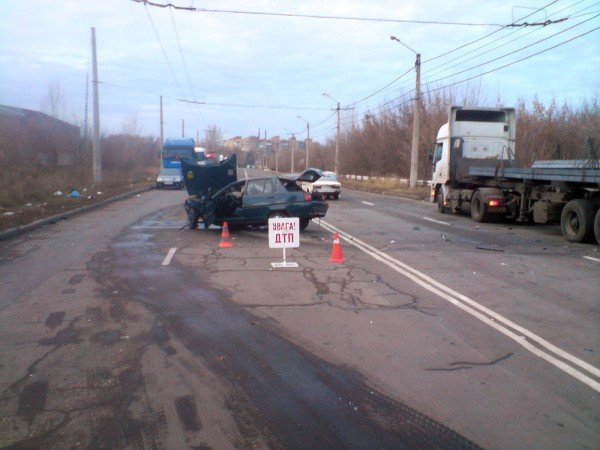 В Донецке «Таврия» врезалась в грузовик — два человека погибли (фото), фото-1
