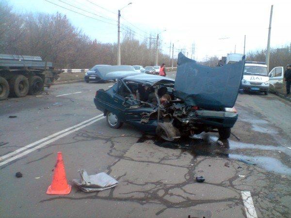 В Донецке «Таврия» врезалась в грузовик — два человека погибли (фото), фото-2